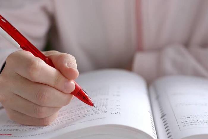 赤ペンと参考書の画像